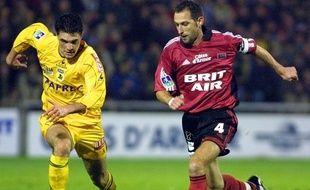 Christophe Le Roux, alors sous le maillot de l'En Avant Guingamp, à la lutte avec le FC Nantes de Jérémy Toulalan en décembre 2003.