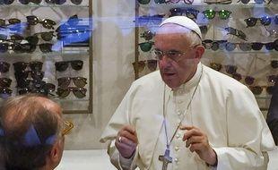Le pape François dans la boutique d'un opticien à Rome (Italie), le 3 septembre 2015.