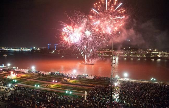 Feux d'artifice tire depuis une barge dans le cadre des festivites de Bordeaux fete le vin en 2012. - Photo : Sebastien Ortola