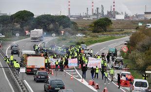 Les «gilets jaunes» ont bloqué à plusieurs reprises le site pétrolier de Fos-sur-Mer, comme ici à la mi-novembre