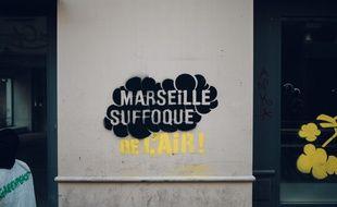 Les tags (propres) de Greenpeace pour alerter sur la pollution à Marseille.