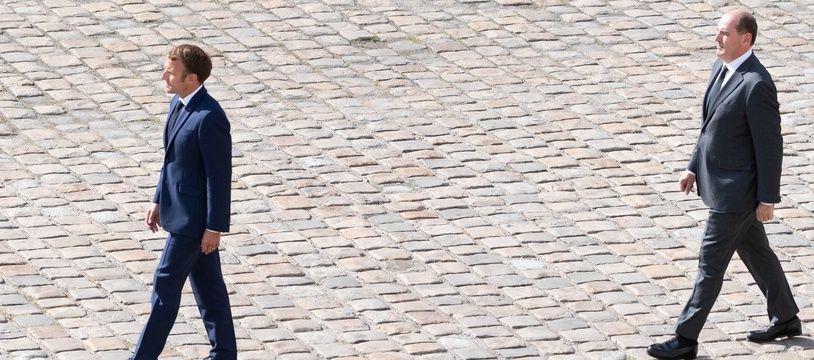 Emmanuel Macron et Jean Castex lors de l'hommage à Jean-Paul Belmondo aux Invalides, à Paris le 9 septembre 2021.