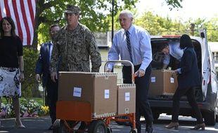 Mike Pence livre des cartons dans un centre de soins de réadaptation en Virginie, le 7 mai.