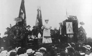 Rosa Luxemburg prononce un discours lors d'un meeting socialiste en Allemagne.