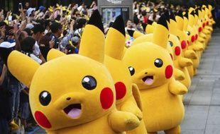 Défilé de personnages pikachu de l'univers Pokemon lors de l'événement