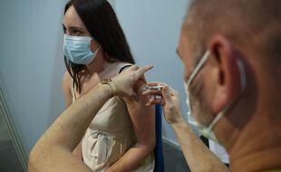 Illustration. Vaccination d'une jeune adulte en France.