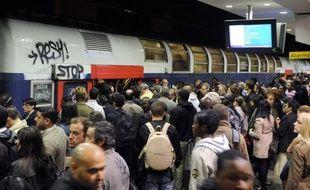 Des centaines de Parisiens sont restés bloqués lundi soir pendant trois heures dans l'obscurité d'un tunnel après une panne d'un RER A, illustrant les difficultés d'une ligne vieillissante, saturée, qui exaspère régulièrement les usagers.