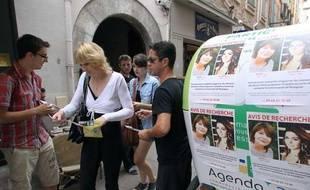 Des amis d'Allison Benitez distibuent des portraits de la jeune fille et de sa mère, dans les rues de Perpignan, le 7 août 2013
