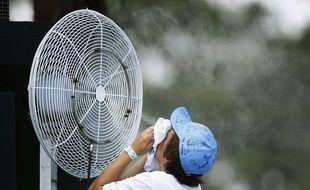 Une personne se rafraîchit près d'un ventilateur, lors d'une compétition de golf à Vedra Beach, en Floride (Etats-Unis), le 5 mai 2009.