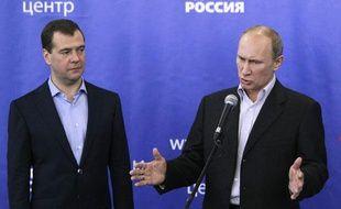Le président russe Dimitri Medvedev et le Premier ministre Vladimir Poutine commentent les résultats des élections législatives lors d'une conférence de presse, dimanche 4 décembre 2011.