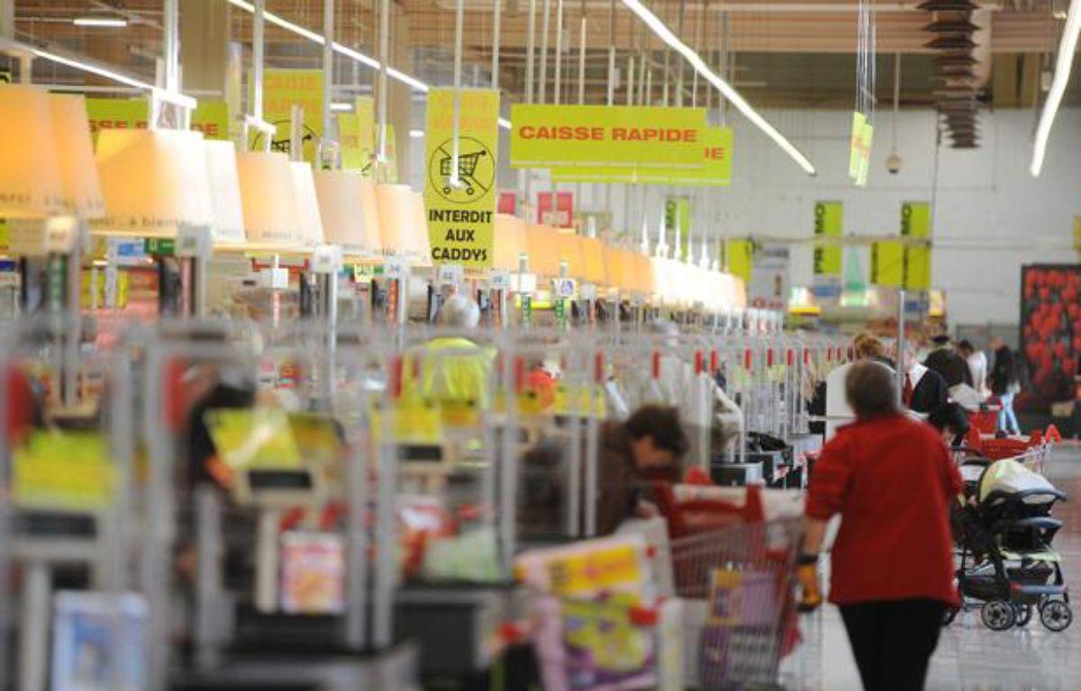 Passage en caisse dans les rayons de l'hypermarché Auchan Semecourt en banlieue de Metz le 22 novembre 2011. – POL EMILE/SIPA