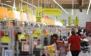 Passage en caisse dans les rayons de l'hypermarché Auchan Semecourt en banlieue de Metz le 22 novembre 2011.