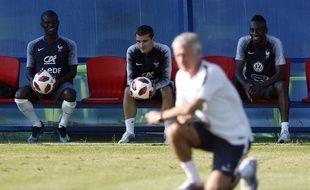 Kanté, Griezmann et Matuidi discutent lors de l'entraînement de l'équipe de France, le 12 juillet 2018.