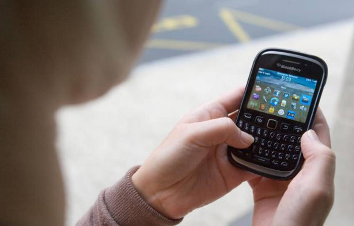 Illustration: Une jeune femme utilise un smartphone. – SERGE POUZET/SIPA
