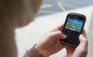 Illustration: Une jeune femme utilise un smartphone.