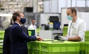 Deplacement d'Emmanuel Macron sur le site de Valeo pour présenter le plan de soutien a la filiere automobile le 26 mai 2020.
