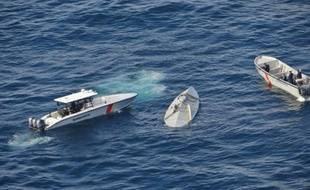 Photo diffusée le 13 avril 2016 par la marine colombienne montrant l'interception par la force conjointe JIATF du semi-submersible transportant 5.8 tonnes de de cocaïne au large des côtes pacifiques à la frontière entre l'Equateur et la Colombie