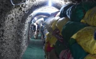 Un musulman Pakistanais visite un tunnel où d'anciennes copies du Coran sont préservées dans des sacs, dans la colline de Jabal-e-Noor, à Quetta, au Pakistan, le 14 janvier 2016