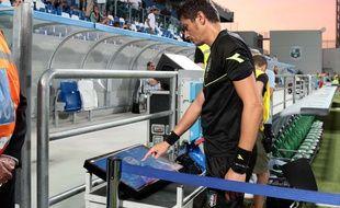 Un arbitre de Serie A utilisant la VAR le 20 août 2017