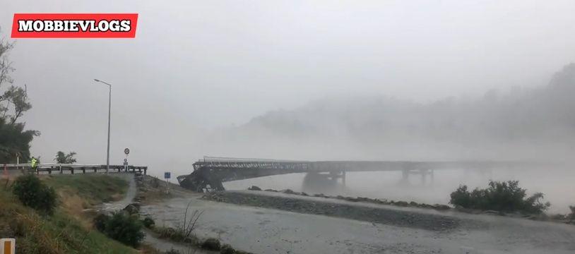 Un pont de la région de Franz Joseph, en Nouvelle-Zélande, s'écroule lors d'une tempête.