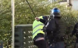 Capture d'écran de la vidéo diffusée sur Twitter, où l'on voit un «gilet jaune» se faire matraquer par un policier à Besançon (Doubs) le 30 mars 2018.