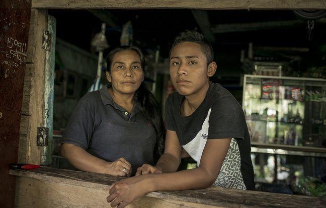 25 AVRIL 2018, COLOMBIE : Arlenson, 15 ans, et sa mère, Marta Isabel. Quand il avait 9 ans, Arlenson a ramené un objet à la maison en le manipulant pour jouer avec, ce qui était une mine a explosé. Sa main et son bras droit ont été blessés. Il est resté plusieurs mois à l'hôpital.