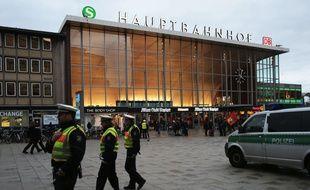 Policiers devant la gare de Cologne le 11 janvier 2015.