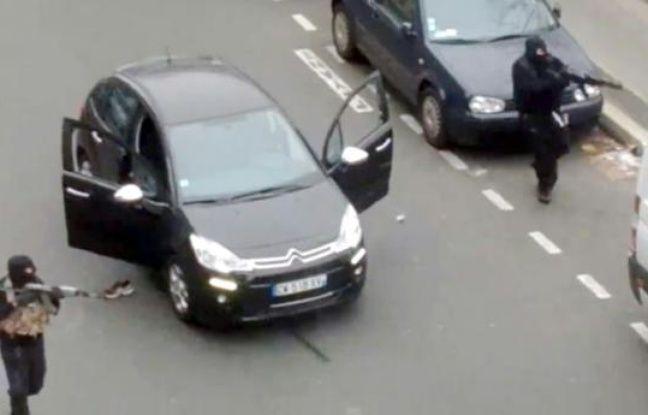 Capture d'écran des assaillants armés de kalachnikov, tirant sur un policier dans leur fuite après l'attaque contre Charlie Hebdo le 7 janvier 2015 à Paris