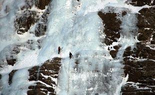Randonneurs en cascade de glace dans le cirque de Gavarnie. Massif des Pyrenees. Patrimoine mondial de l'Unesco.