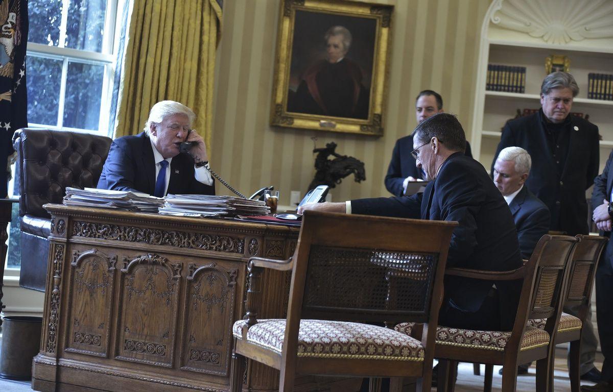 Donald Trump au téléphone avec Vladimir Poutine, en présence de Michael Flynn, le 28 janvier 2017. – MANDEL NGAN / AFP