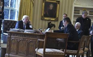 Donald Trump au téléphone avec Vladimir Poutine, en présence de Michael Flynn, le 28 janvier 2017.