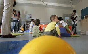 Une maman vient récupérer son enfant à la Crèche de l'université Paul Sabatier, le 22 septembre 2008 à Toulouse.