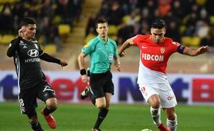 Radamel Falcao, qui a égalisé sur penalty, a finalement pris le dessus sur Houssem Aouar et l'OL.