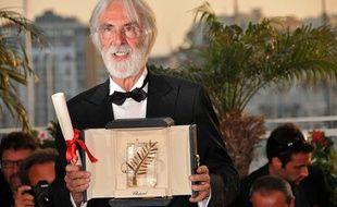 Le réalisateur Michael Haneke, Palme d'Or 2009 pour «Le Ruban Blanc», pose avec sa récompense au Palais des Festivals, à Cannes, le 24 mai 2009.