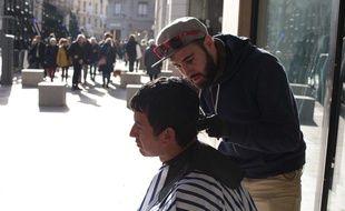 John Bar-Veill a lancé le mouvement Coiff in the street à Lyon. Un dimanche par mois, il propose de coiffer gratuitement des sans-abris.