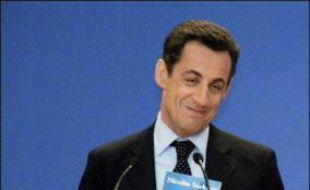 """Nicolas Sarkozy s'est posé lundi en défenseur de la """"France exaspérée"""" et de l'identité nationale en présentant un projet présidentiel """"volontariste"""", décrit dans un nouveau livre à la couverture tricolore, """"Ensemble""""."""