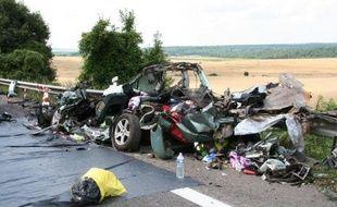 La carcasse d'une voiture accidentée après son choc avec un camion près de Saulvaux le 25 juillet 2014
