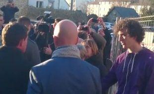 Capture d'écran de la vidéo du «Télégramme» montrant la gifle reçue par Manuel Valls, le 17 janvier, à Lamballe.