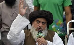 Khadim Hussain Rizvi, le chef du parti islamise Tehreek-e-Labaik Pakistan (TLP), harangue la foule lors d'une manifestation après l'annonce de l'acquittement d'Asia Bibi, à Lahore, au Pakistan, le 2 novembre 2018.