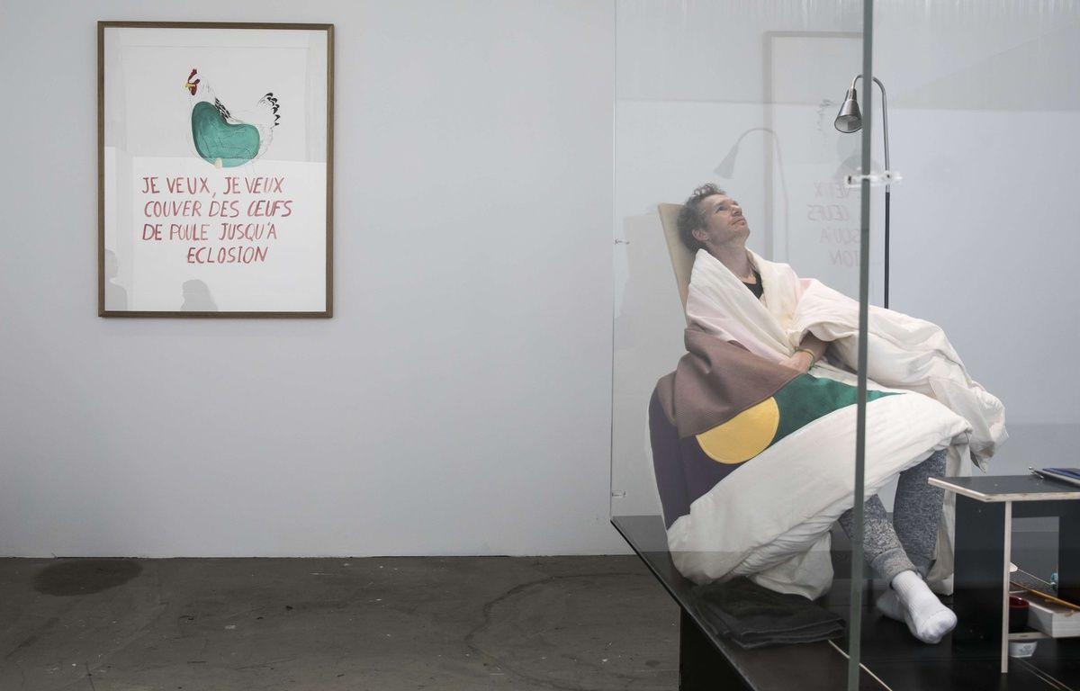 Après trois semaines passées à couver dix oeufs, l'artiste français Abraham Poincheval a réussi à faire éclore un premier poussin le 18 avril 2017 au Palais de Tokyo, à Paris. – ROMUALD MEIGNEUX/SIPA