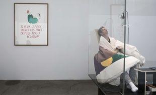 Après trois semaines passées à couver dix oeufs, l'artiste français Abraham Poincheval a réussi à faire éclore un premier poussin le 18 avril 2017 au Palais de Tokyo, à Paris.