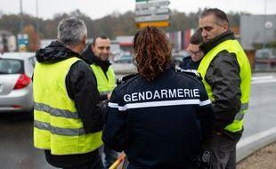 Une gendarme relève l'identité des manifestants au Pont-de-Beauvoisin (Savoie) où une femme de 63 ans a été tuée par une automobiliste