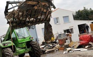 Des travaux de déblaiement à Charron, en Charente-Maritime, après le passage de la tempête Xynthia, le 3 mars 2010.