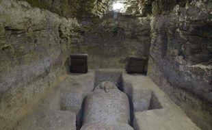 Photo de l'une des tombes mises au jour sur le site d'Al Ghoreifa (Egypte), contenant plusieurs sarcophages.