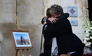Des proches de Mauranne, victime de l'attentat de la gare Saint-Charles, devant le portrait de la jeune fille.
