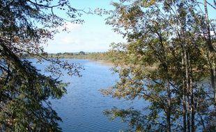 La superficie du lac de Bouverans évolue déjà souvent au fil de l'année, à cause du réseau souterrain du sol sur lequel il est situé, dans le Doubs. Illustration
