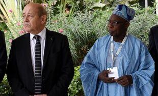 Le ministre français de la Défense, Jean-Yves Le Drian et l'ex-président nigérien Olusegun Obasanjo à l'ouverture du premier Forum international sur la Paix et la Sécurité en Afrique à Dakar le 15 décembre 2014