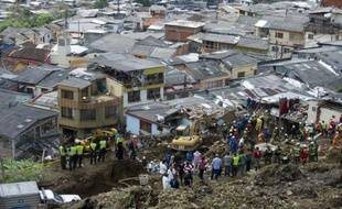 Au moins 44 personnes ont péri à la suite d'un glissement de terrain qui a enseveli samedi une dizaine d'habitations dans la ville colombienne de Manizales (287 km à l'ouest de Bogota), a annoncé mardi la Croix-Rouge.