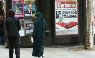La couverture de «Marianne» sur un kiosque parisien, le 21 mai 2015.