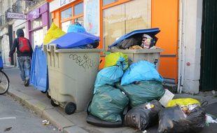 Les déchets jonchent certains trottoirs à Nantes